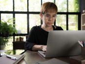 Vrouw werkt aan eigen website
