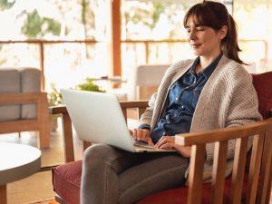 Vrouw werkt op laptop